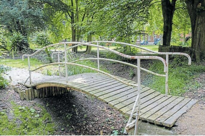 Hat wieder einen Sinn: die sanierte Brücke über einen der Kanäle im Park. Bild: Eric Hasseler