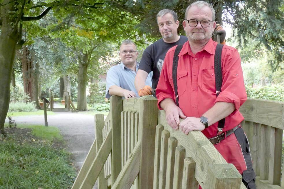 Bernd-Thomas Martens (von vorne), Manfred Karsjens und Stefan Wild haben im Cassens-Park noch viel vor. Foto: Rümmele
