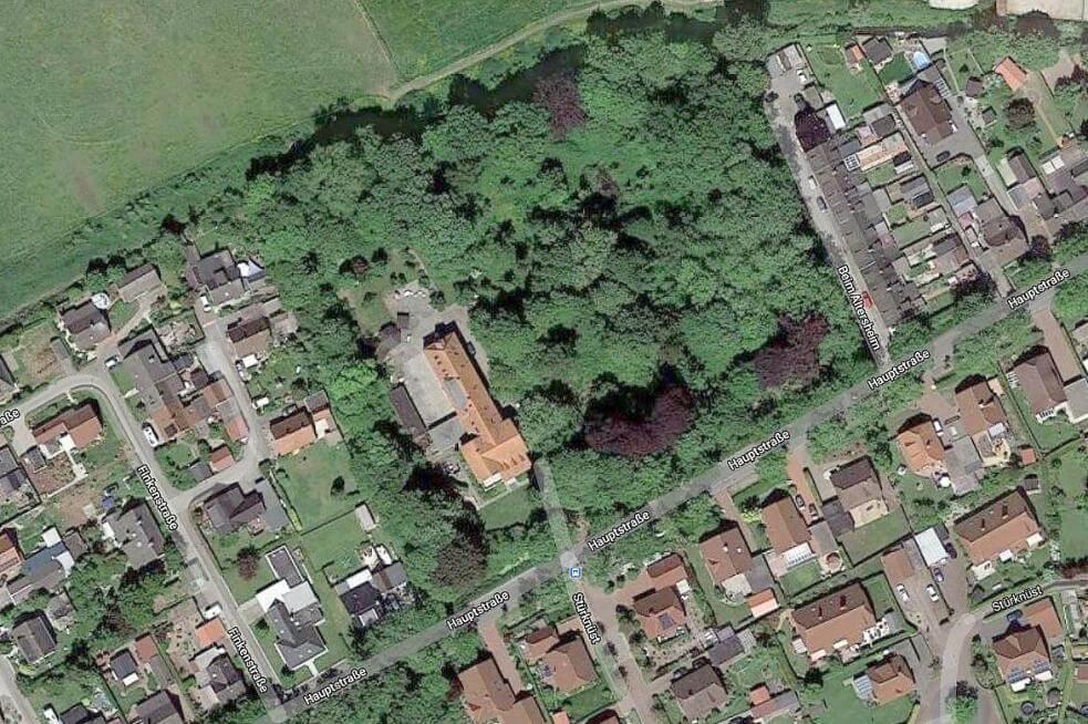 Ein Blick auf den Cassens-Park von oben. Hier sieht man deutlich, wie groß er sich neben der Villa (größtes Gebäude mit orangenfarbenem Dach) erstreckt. Foto: Screenshot von Google Maps